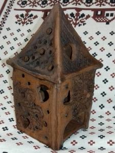 Светильник-домик глиняный с сердечками под малую свечку