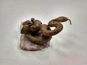 Змейка с яблоком на камне, литьё, бронза_6