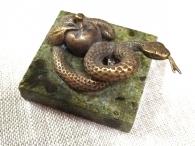 Змейка с яблоком на камне, литьё, бронза_3
