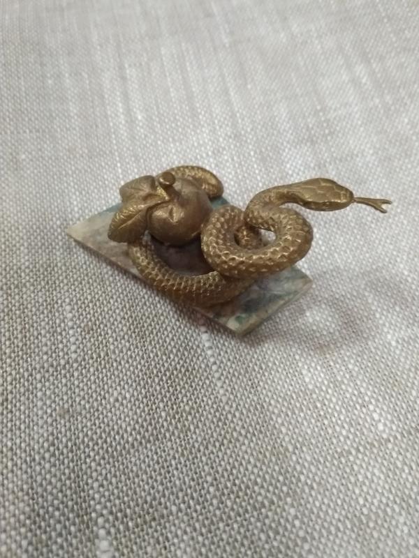 Змейка с яблоком на камне, литьё, бронза