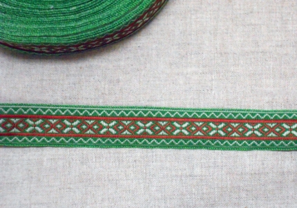 """Лента отд. жаккард """"Засеянное поле"""" 9087-8, кр.-бел. на зелёном, 25 мм"""