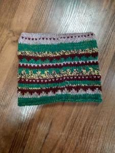 Шапка вязанная с рогами зелёная с бордо
